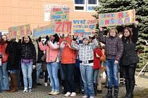 Za zvuku trumpet a bubnů protestovali studenti gymnázia v Mimoni v ulicích města proti plánované optimalizaci a rušení osmiletých gymnázií obecně.
