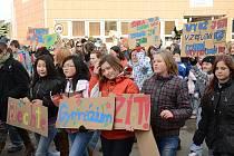 Proti plánované optimalizaci a rušení osmiletých gymnázií obecně protestovali před časem studenti mimoňského gymnázia..