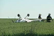 Malý letoun skončil po nouzovém přistání u Blíževedel podvozkem vzhůru