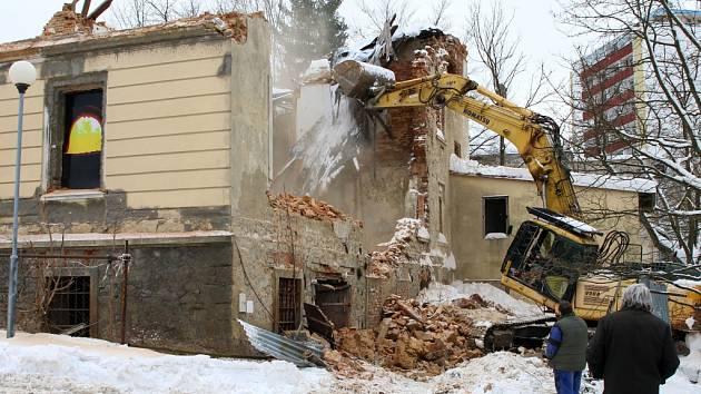 V úterý dopoledne přijel k napůl zřícenému domu v Novém Boru bagr a začala při dohledu městské policie s demolicí prvního patra, kterou nařídil statik.