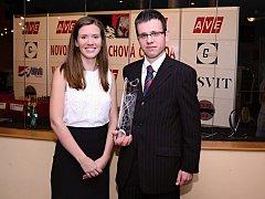 David Navara vyhrál letošní Novoborskou šachovou Corridu, když porazil norského reprezentanta Ludviga Hammera. Na snímku se zástupkyní firmy Lasvit Petrou Felixovou.