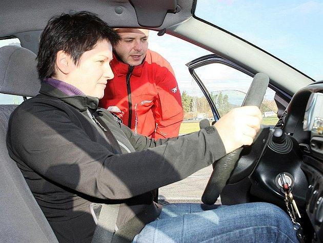 Maminky si mohly ve čtvrtek na Autodromu v Sosnové vyzkoušet svoje řidičské schopnosti.