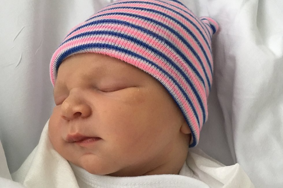 Rodičům Andree a Jiřímu Večeřovým za Zákup se ve čtvrtek 22. října narodil syn Adam Večeřa. Doma na něj čekal brácha Jára.