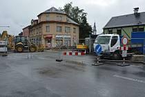 Stavba přerušila až do konce listopadu frekventovanou ulici Bedřicha Egermanna v Novém Boru.