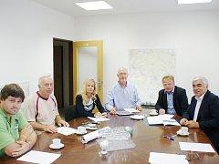Několik starostů se sešlo u senátora pro Českolipsko Jiřího Voseckého. Téma schůzky bylo jasné. Petice za urychlení přípravy a dostavby obchvatu.