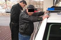 Dva celostátně hledaní muži skončili v cele díky nebojácné prodavačce