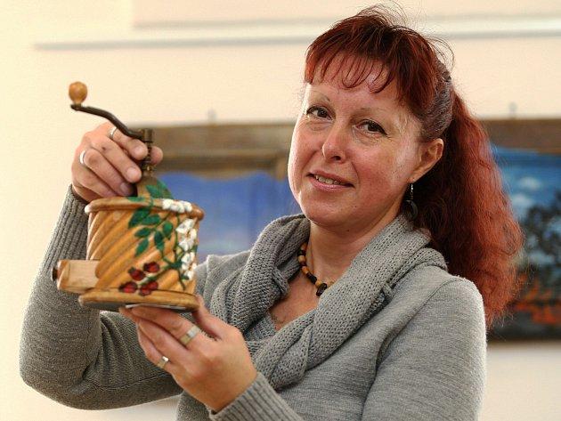 Výstava obrazů amatérské výtvarnice Pavly Koníkové potrvá v dokské knihovně do konce září.