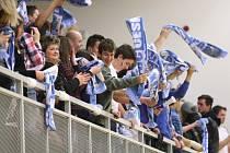 Modrobílý kotel českolipských fanoušků.