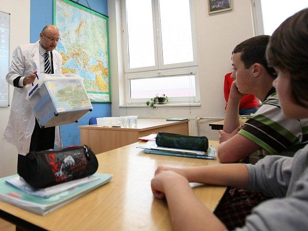 Bohdan Soukup, generální ředitel SČVK, přivezl na Základní školu do Kamenického Šenova tzv. vodní kufřík.