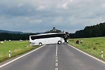 Silnici u hromadné nehody zablokoval uvízlý autobus