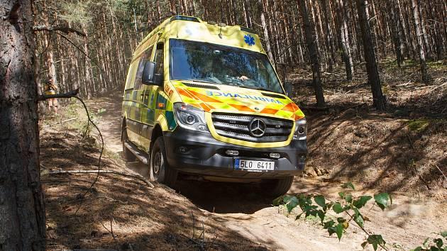 Ve vojenském prostoru Ralsko si řidiči zdravotnické záchranné služby Libereckého kraje procvičovali průjezd náročným terénem.