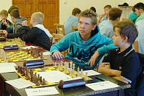 Tým Novoborské šachové akademie vyrazil na úvodní čtyřkolové klání mládežnické 1. ligy šachistů.