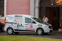 Slavnostní předání automobilu (na snímku) v rámci projektu Sociální automobil proběhlo 29. června v Domově důchodců Sloup v Čechách.