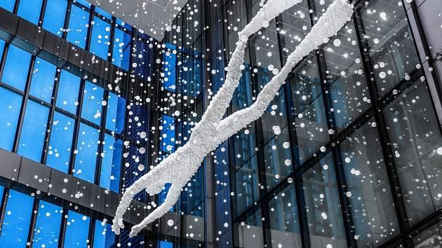 17 metrů velká skleněná plastika je složená z 18 000 ručně foukaných skleněných kuliček.