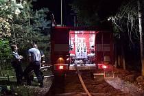 Požár u Stráže od pondělní noci likvidují hasiči z Jablonného v Podještědí, Mimoně a Stráže pod Ralskem.