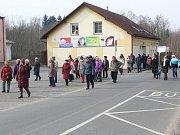 Početná skupina dorazila ke stanici doborovolných hasičů.
