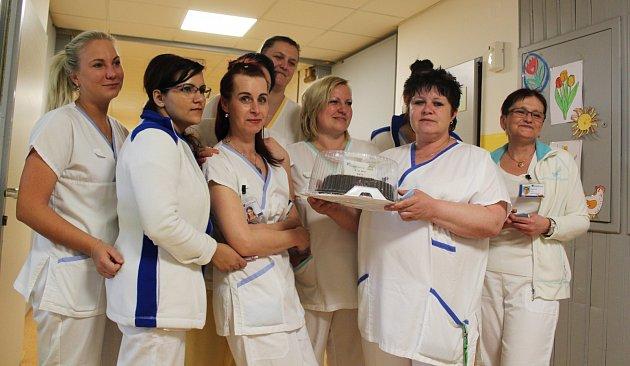 Sestřičky na každém ze sedmnácti oddělení dostaly od vedení nemocnice dort jako symbolické poděkování za péči opacienty.
