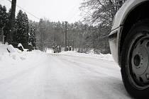 Silnice připomíná kluziště. Podle pracovnice Služeb města Cvikova písek nejspíše spláchl déšť.
