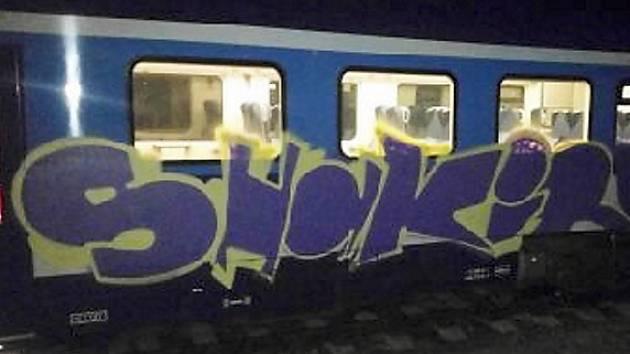 K nepoznání upravil vlakovou soupravu v depu Českých drah v České Lípě neznámý sprejer.