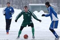 FC Nový Bor - Hrádek nad Nisou 5:1. Domácí Hoke (v zeleném) se snaží obejít stopera Holečka.