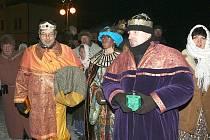 Stovky lidí zaplnily v neděli večer náměstí v Kamenickém Šenově, aby si připomněly první advent.