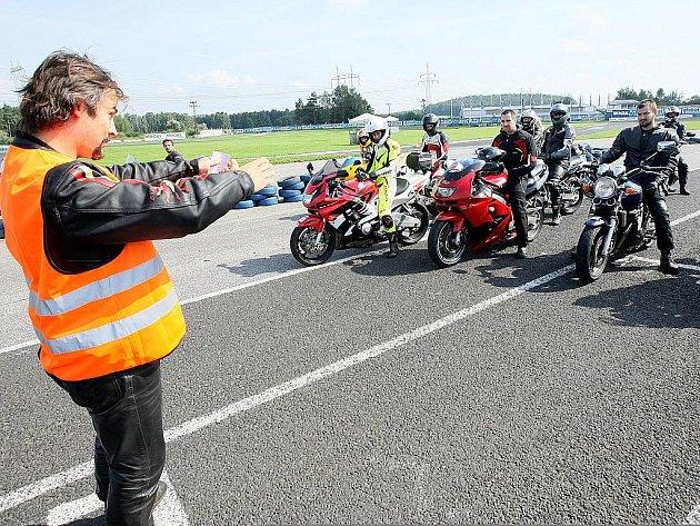 Během dvou kurzů si své znalosti a dovednosti v bezpečné jízdě vylepšilo více než stovka motocyklistů.