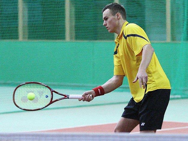 Z prvenství se nakonec radoval Tomáš Hrbec (na snímku), který ve dvou setech 7:6 a 6:3 překvapivě přehrál nasazenou turnajovou jedničku Jana Šátrala.