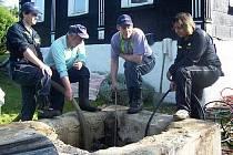 Volfartičtí hasiči při vyčerpávání vody ze studně.