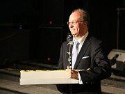 Rada vyslanec brazilské republiky Acir Pimento získal ze sklářského ateliéru Astera skleněnou růži.
