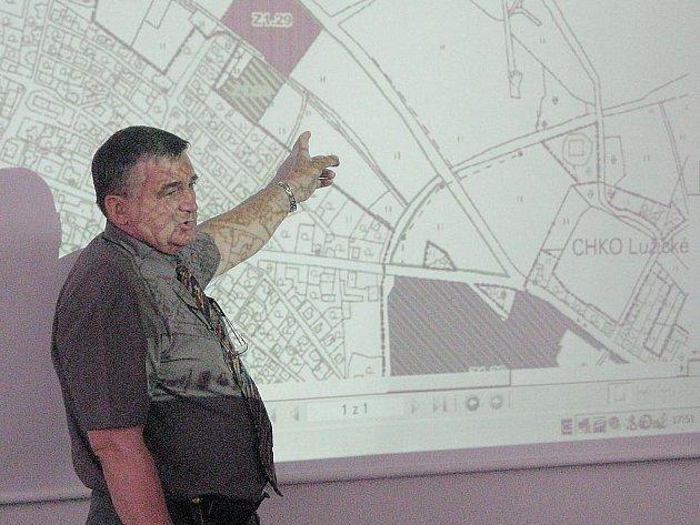 Starosta Kamenického Šenova Ota Raiter vysvětluje změny v územním plánu.