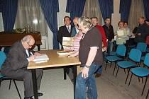 Autogramiáda v novoborském Navrátilově sále.