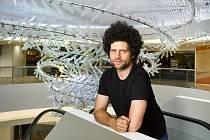 Podle návrhu designéra Maxima Velčovského vyrobili skláři na Novoborsku největší skleněnou instalaci ve střední Evropě.