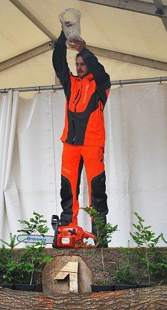 Dřevorubec Jindřich Fazekaš zvítězil na MČR vpráci smotorovou pilou vRalsku ve všech kategoriích, je mistrem Čech, nejlepším juniorem a vyhrál icelkové pořadí, když porazil ivšechny soupeře ze Slovenska.