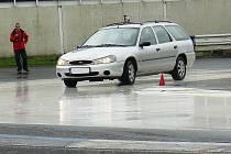 NA POLYGONU si řidiči vyzkoušejí, jak správně reagovat, když jejich automobil dostane smyk.