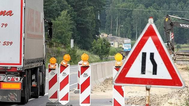 Objízdná trasa přes Sosnovou je minulostí. Silnice I/9 je průjezdná, ale na motoristy nyní čekají semafory.