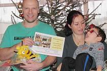 Dobročinný vánoční jarmark vynesl 6 000 korun. Ve čtvrtek je převzala rodina Pačesových.