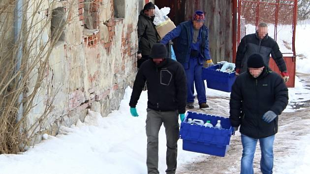 Policisté vynášejí z inkriminovaného objektu v Žizníkově důkazní materiál. V případu bude probíhat další šetření.