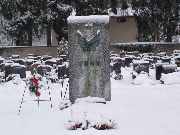 Pokud dostane město Doksy dotaci, chtělo by tento hrob nechat opravit.
