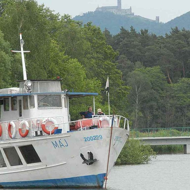 Parníky se letos na hladině Máchova jezera objeví o něco později.