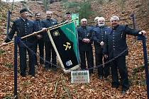 Důlní dílo na kopci Schachtstein převzal v pátek Hornicko historický spolek pod Ralskem, aby jej mohl opravit a zpřístupnit veřejnosti. Zatím je do něj vstup všemi cestami zakázán.