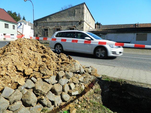 Ústecký kraj nařídil vykopat jámy pro dopravní značení v Kravařích před Víseckou rychtou, obec o tom nevěděla.