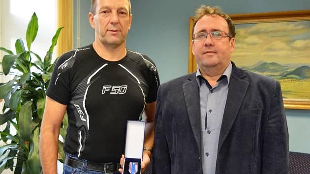V pondělí 30. listopadu přivítal starosta města na radnici nrtm. Ivana Kortana, aby ocenil jeho činnost v Aktivní záloze Armády ČR.