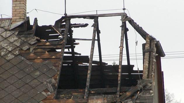 Plameny poničily střechu domu i půdní prostory.