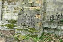 Podezřelý trojlístek sprejerů, kteří počmárali zeď zámku v Zákupech, není trestně zodpovědný.