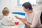 Starostka České Lípy Jitka Volfová předala 20. prosince dárky pacientům na dětském oddělení.