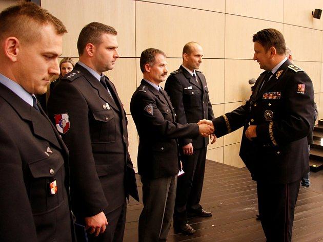 Policejní prezident Tomáš Tuhý (vpravo) předává medaile policistům, kteří zasáhli u nehody v Jablonném. Byli to Jiří Stejskal, Jakub Musil, František Kubišta a Luboš Fotr.