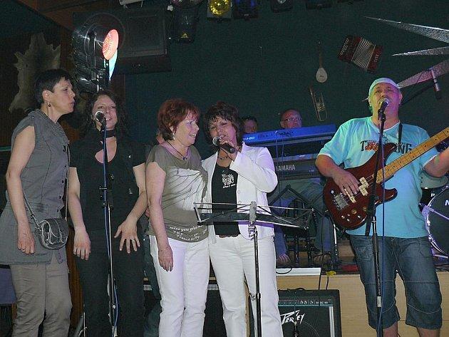 Na podiu se střídaly kapely, které kdysi plnily sály a během večera vznikaly nečekané hudební formace.
