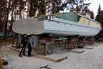 Motorová loď Racek, která v sezoně brázdí hladinu Máchova jezera, prochází rekonstrukcí.
