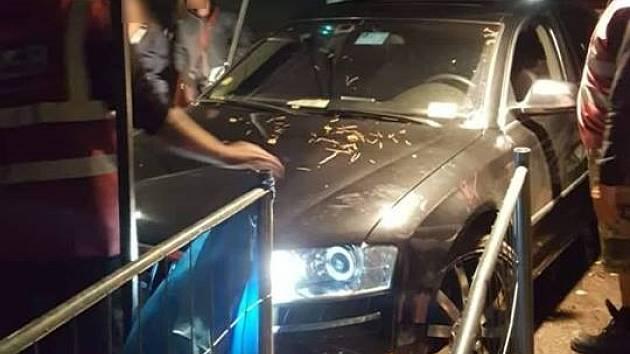 Opilý řidič se pokusil vjet autem do areálu festivalu Mácháč. Zranil při tom pracovnici ochranky.