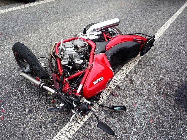 K vážné nehodě motorky s dodávkou došlo ve čtvrtek ráno nedaleko Postřelné.